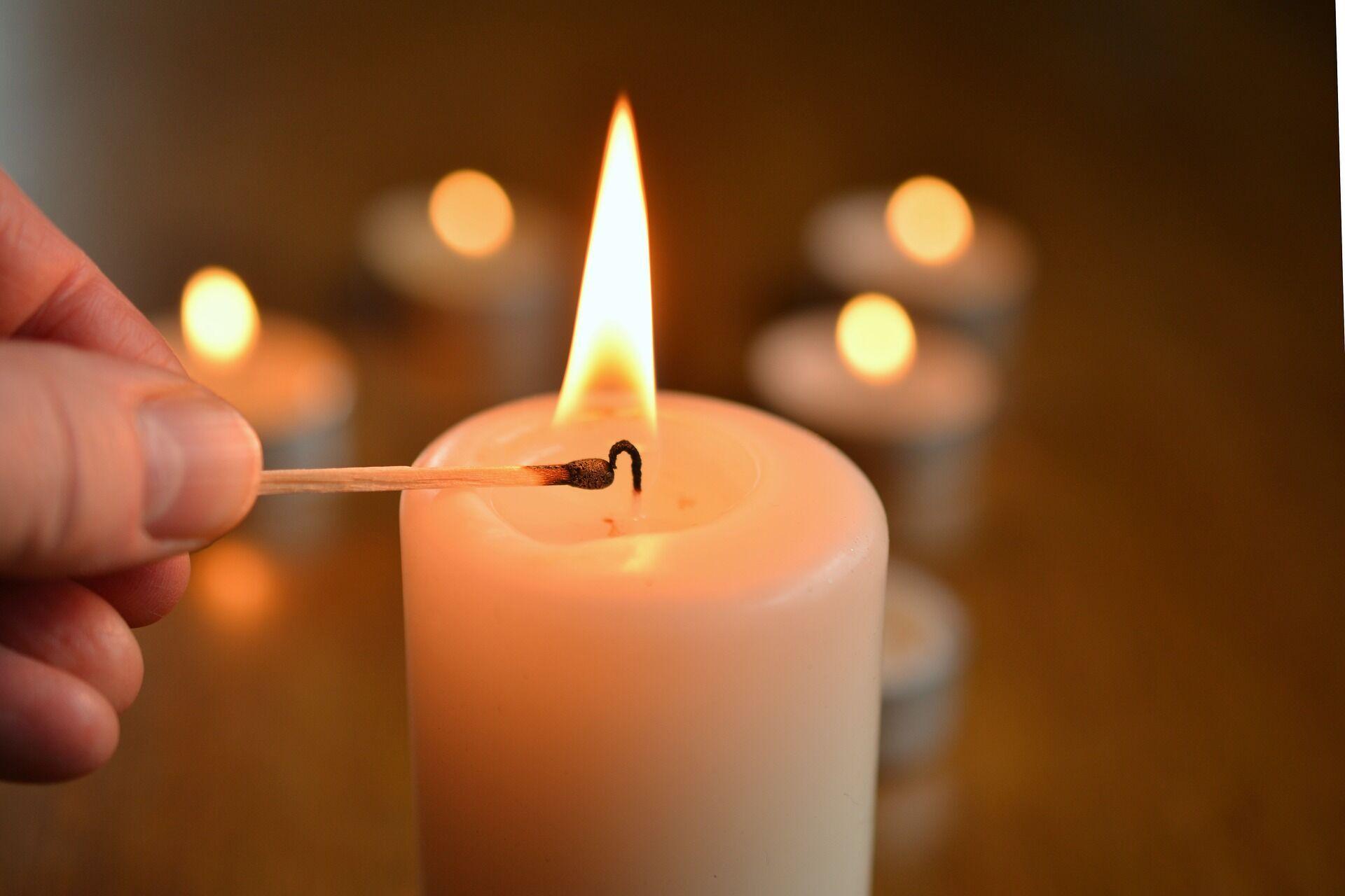 В этот день нельзя сидеть в кромешной тьме, поэтому нужно дополнительно зажигать свечи.