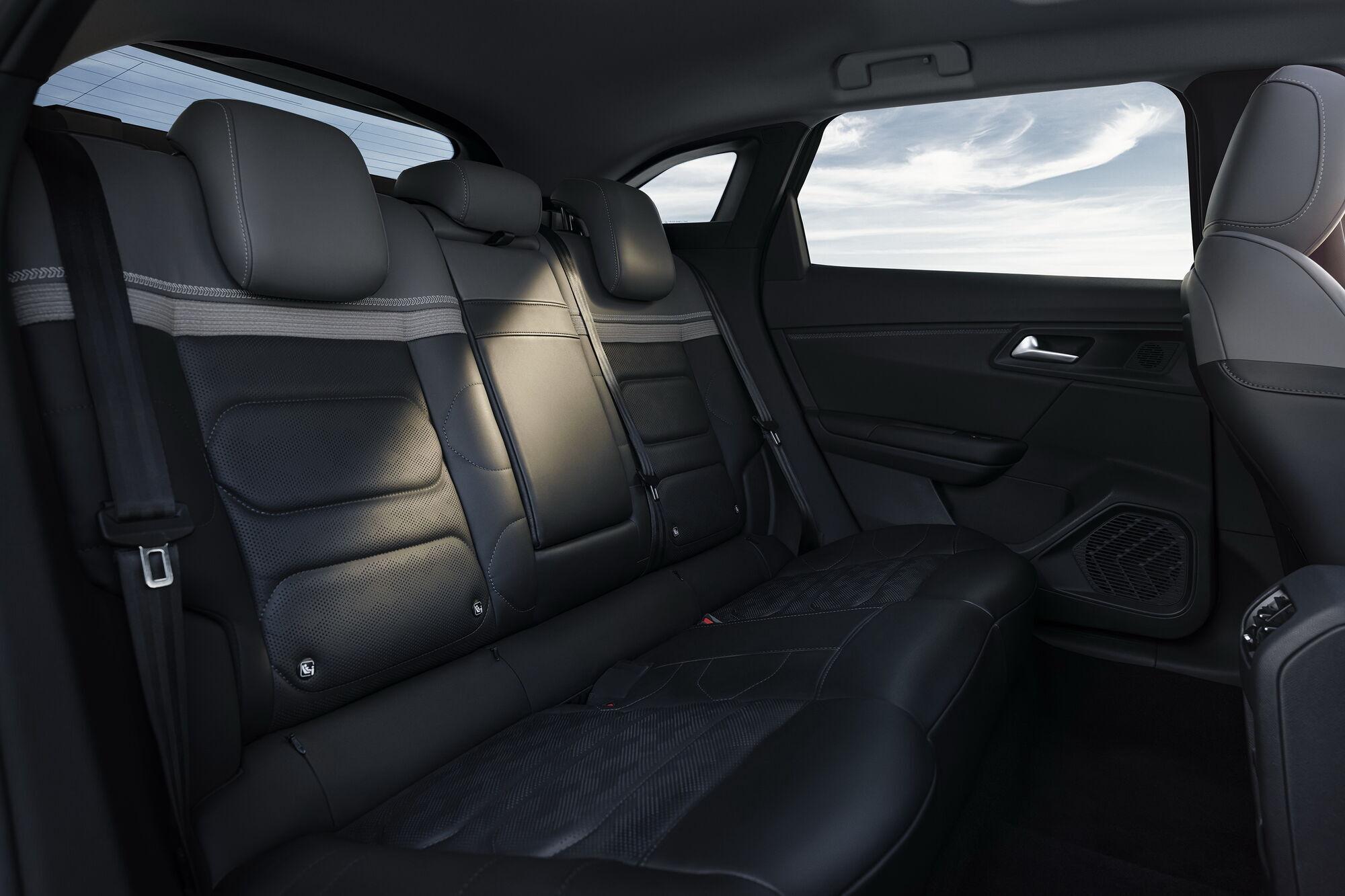 Для максимальної зручності, особливо у далеких поїздках, С5 Х оснастили сидіннями підвищеного комфорту