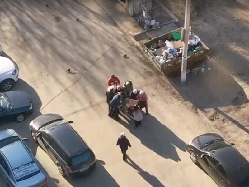В России пенсионеры подрались за просроченную еду. Видео