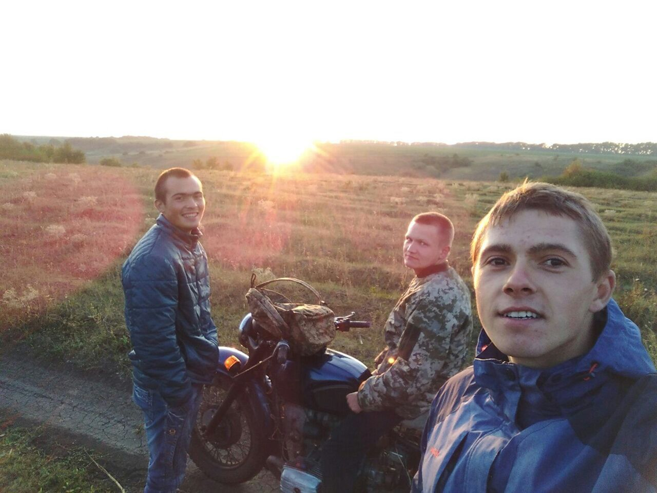Андрій (у центрі) з улюбленим мотоциклом