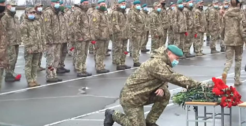 Морпіхи ЗСУ ставали на коліна перед труною Героя