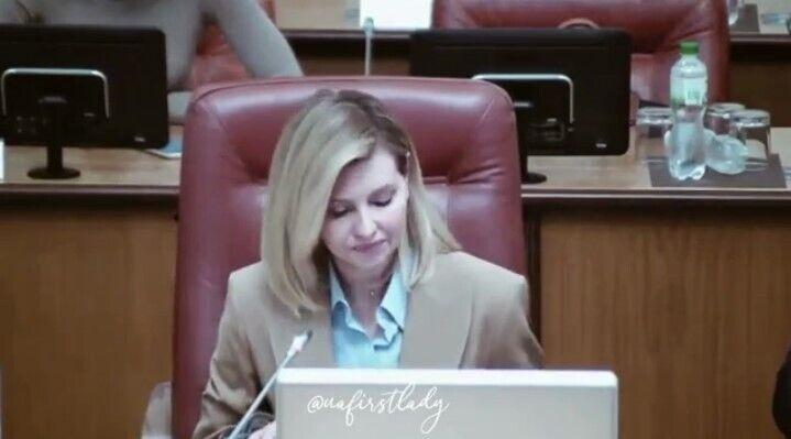 Зеленская появилась на заседании в деловом образе.