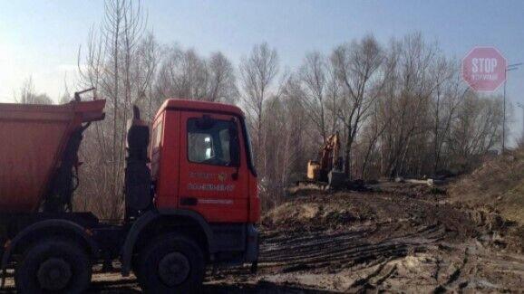 Машины якобы вывозили песок на завод имени Ковальской