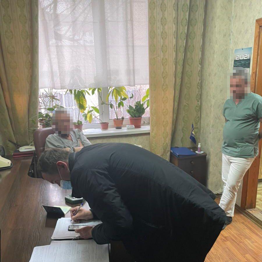 В Киеве врача задержали на вымогательстве при выдаче тела умершей от COVID-19. Фото
