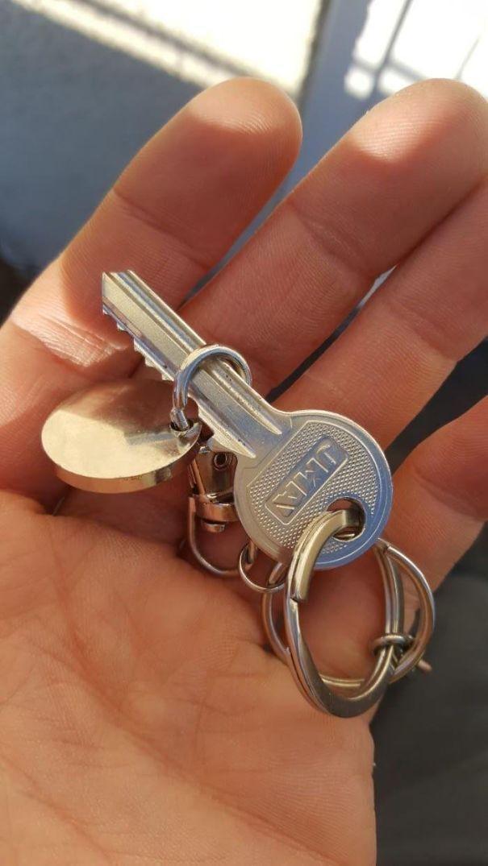 Ключи каждый раз залезают в брелок в кармане.