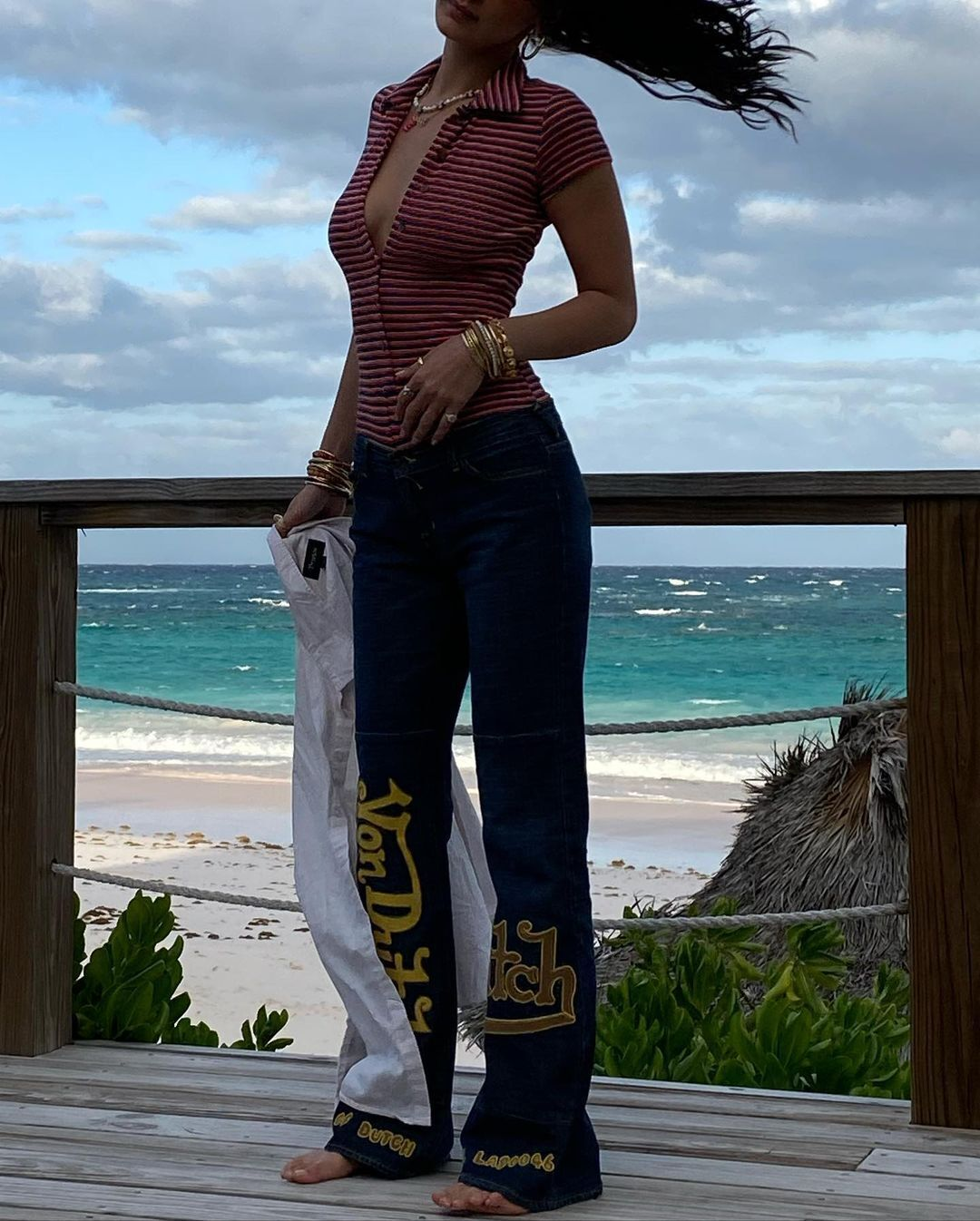 Белла Хадід в джинсах з низькою посадкою