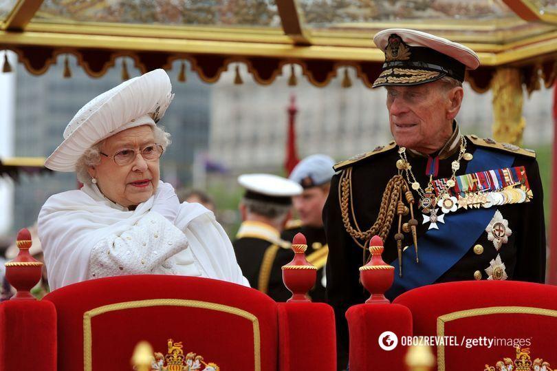 Королева и принц Филипп сидели за тронами.
