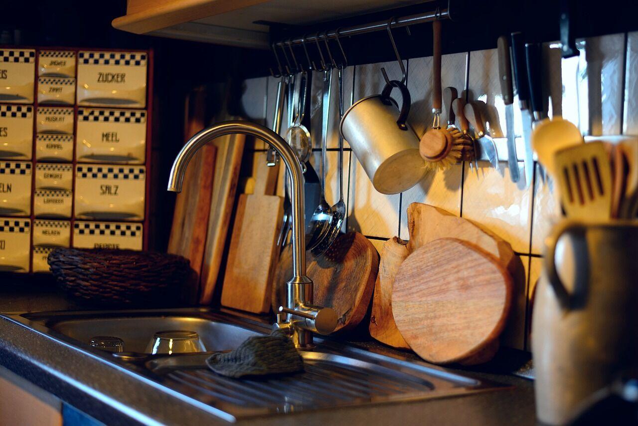 Не стоит хранить посуду открытой.