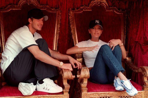 Дэвид Бекхэм и Виктория в июле 1999 года сидят на свадебных тронах.