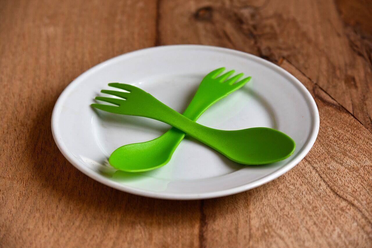 Пластиковая посуда дешевит ваш интерьер.