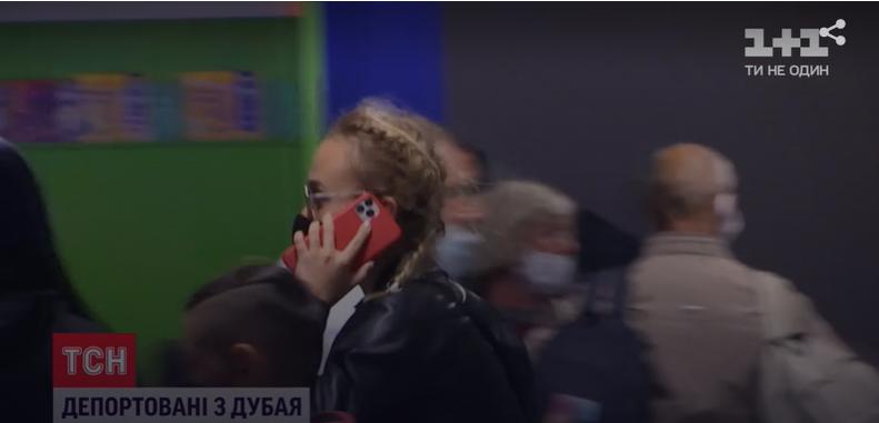 Девушки от камер СМИ прятались и не давали комментариев