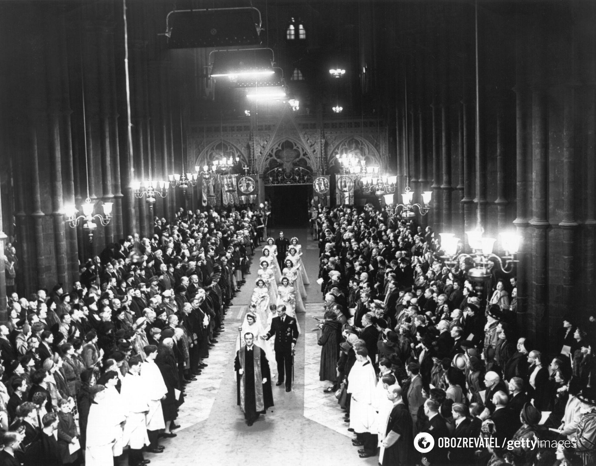 До Букінгемського палацу приходили вітати молодят сотні тисяч шанувальників