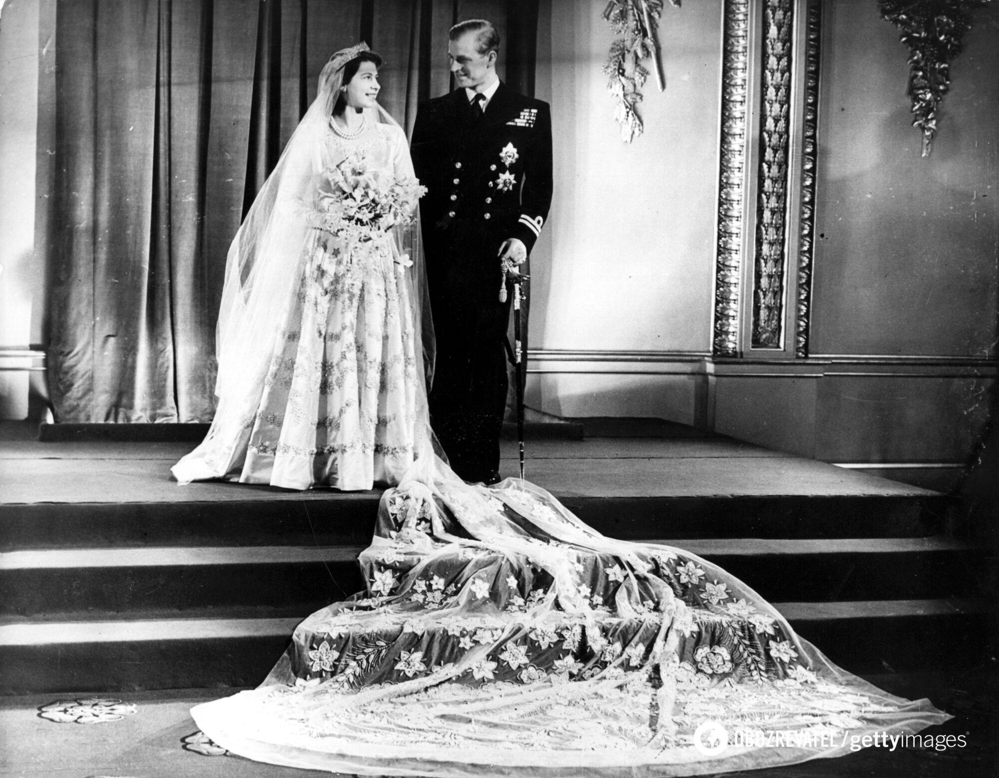 Сукня Єлизавети II зберігається на виставці в Букінгемському палаці.