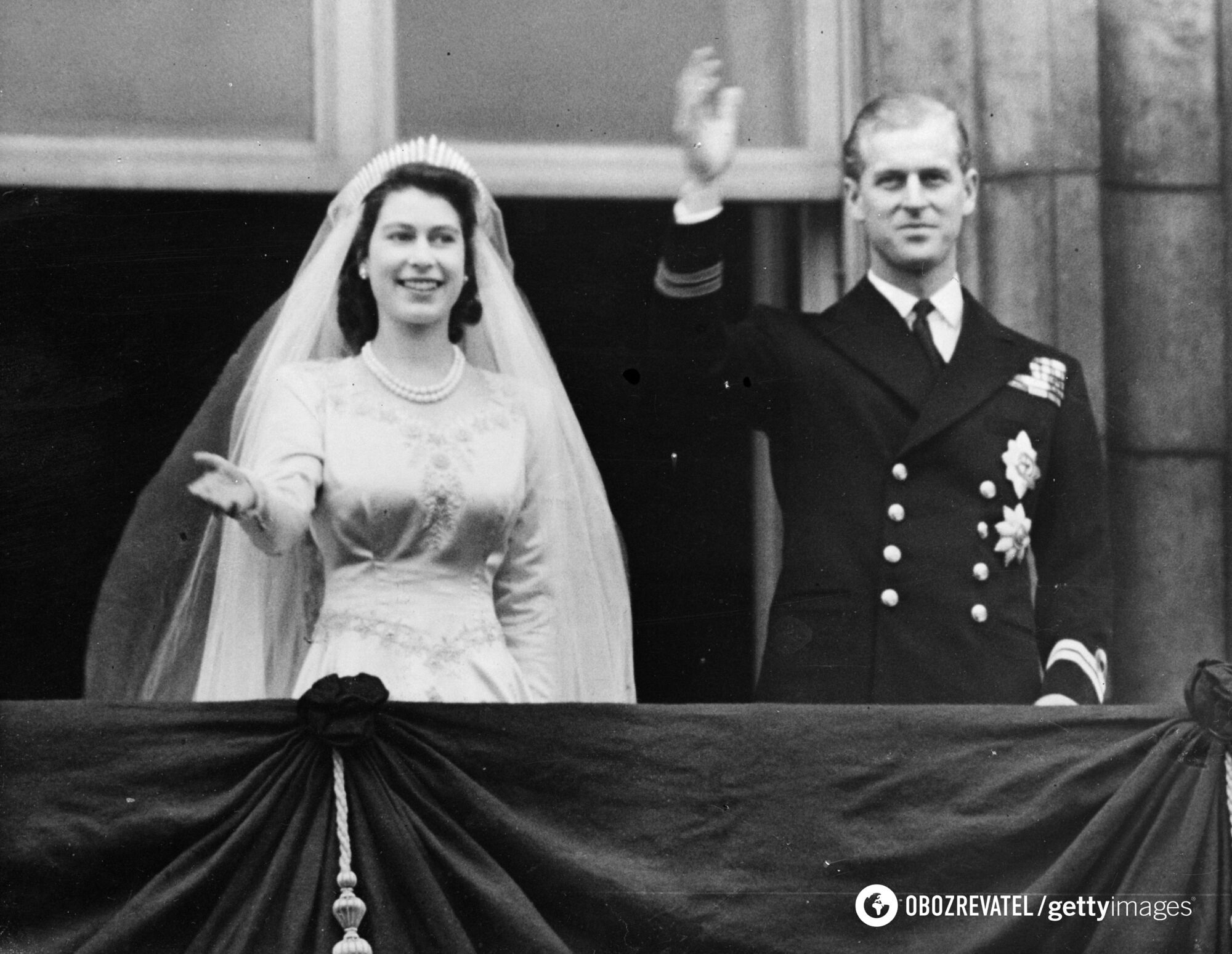 Спадкоємиця британського престолу і герцог Единбурзький вітаються з шанувальниками