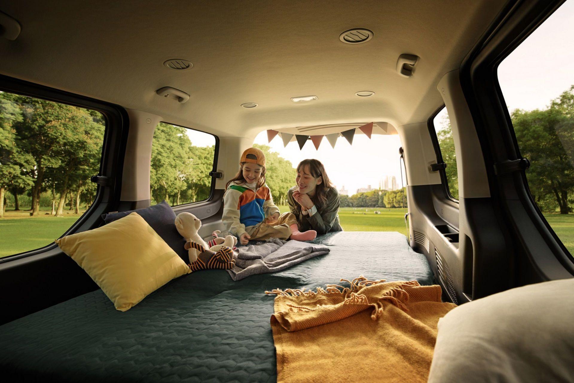 На пикнике в салоне минивена можно организовать спальные места