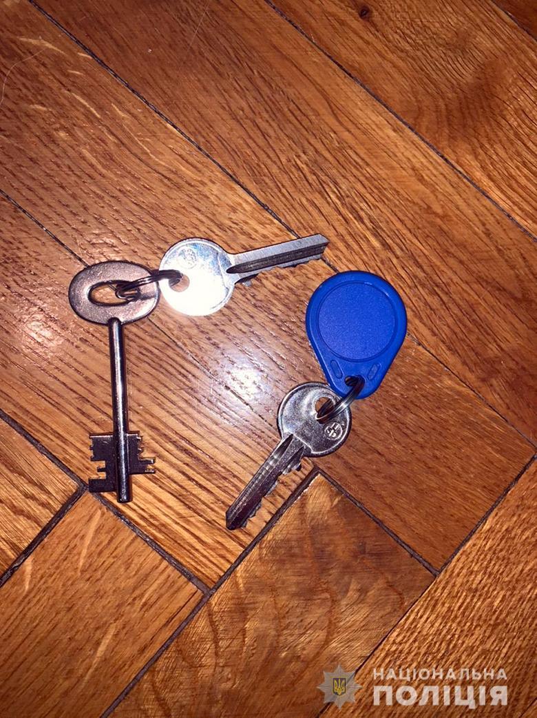Жінка зробила дублікати ключів.