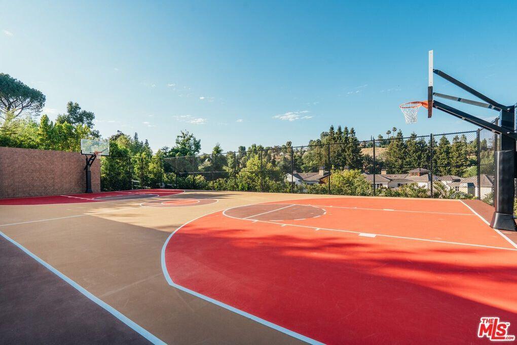 Баскетбольная площадка Мадонны