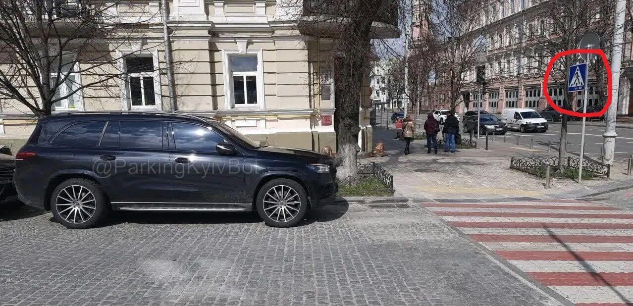 Автомобиль боксера был припаркован с нарушением ПДД.