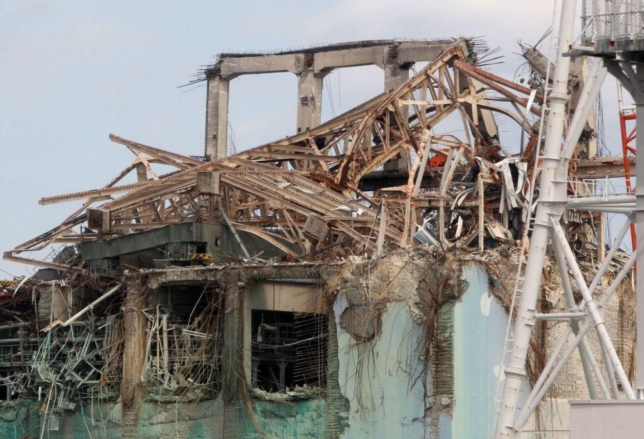Разрушенная крыша реактора №3 атомной электростанции Фукусима-1 через год после катастрофы