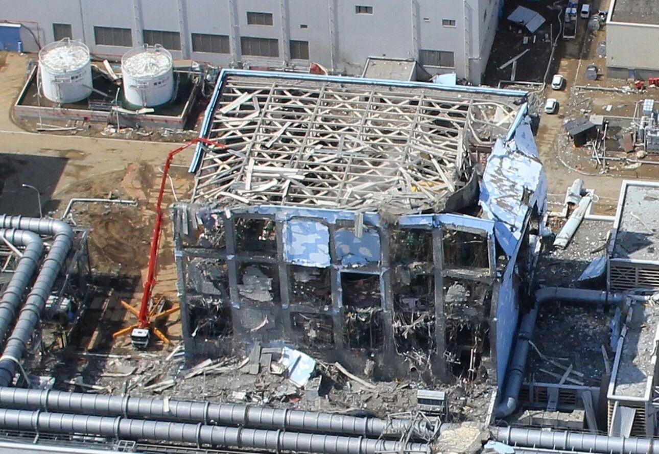 Первые недели после землетрясения. Вид на разрушенную АЭС Фукусима-1 с воздуха