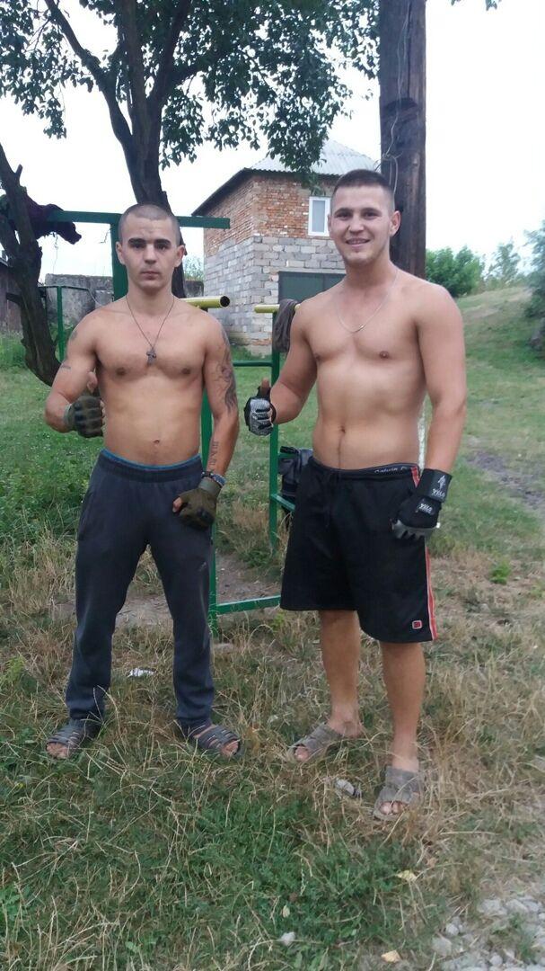 Ярослав (зліва) з друзями в селі обладнали спортивний майданчик