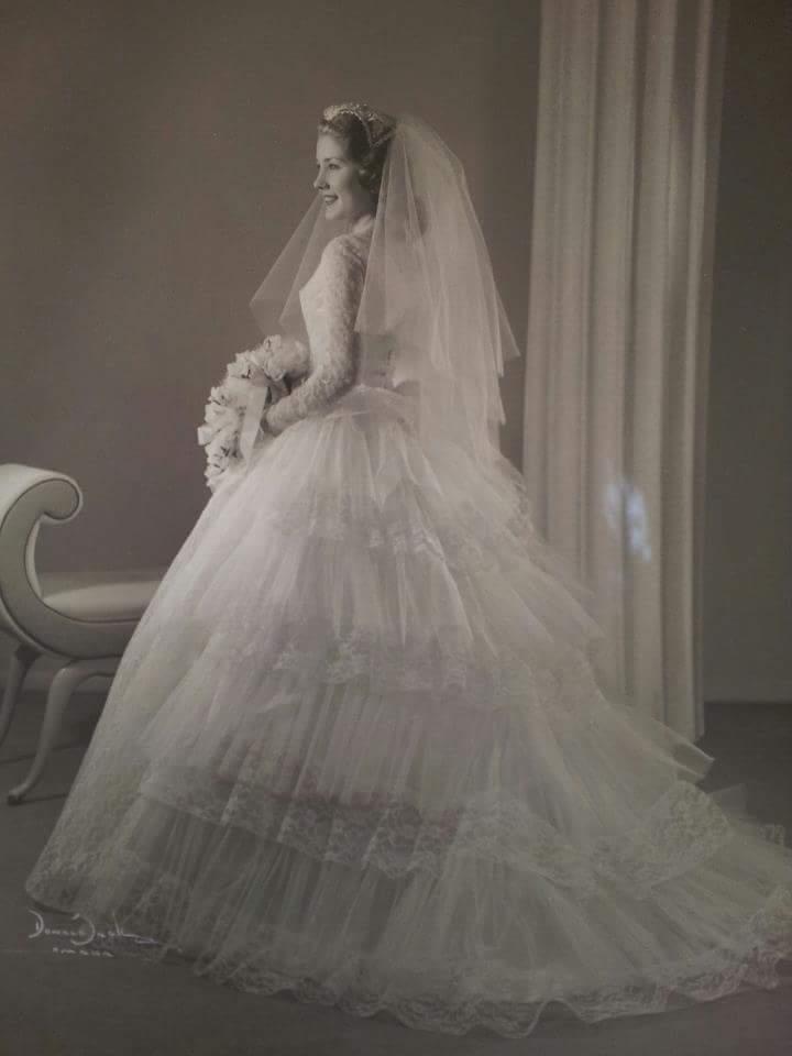 Многослойное пышное платье невесты пошито 60 лет назад.