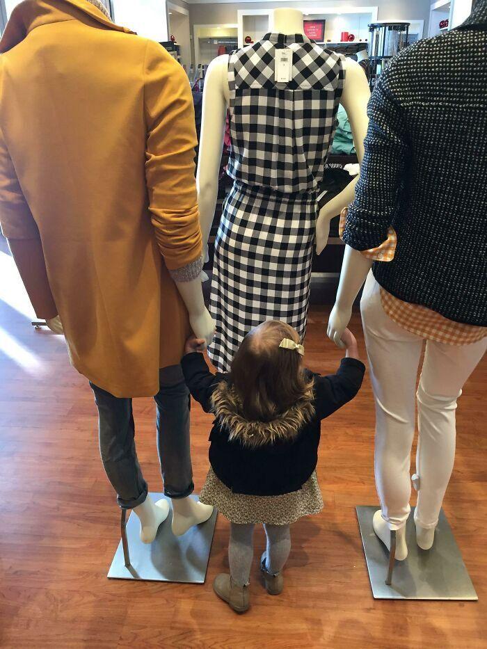 Девочка перепутала родителей с манекенами.