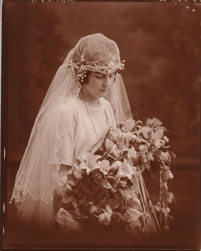 Акцент свадебного образа сделан на эксклюзивной фате.