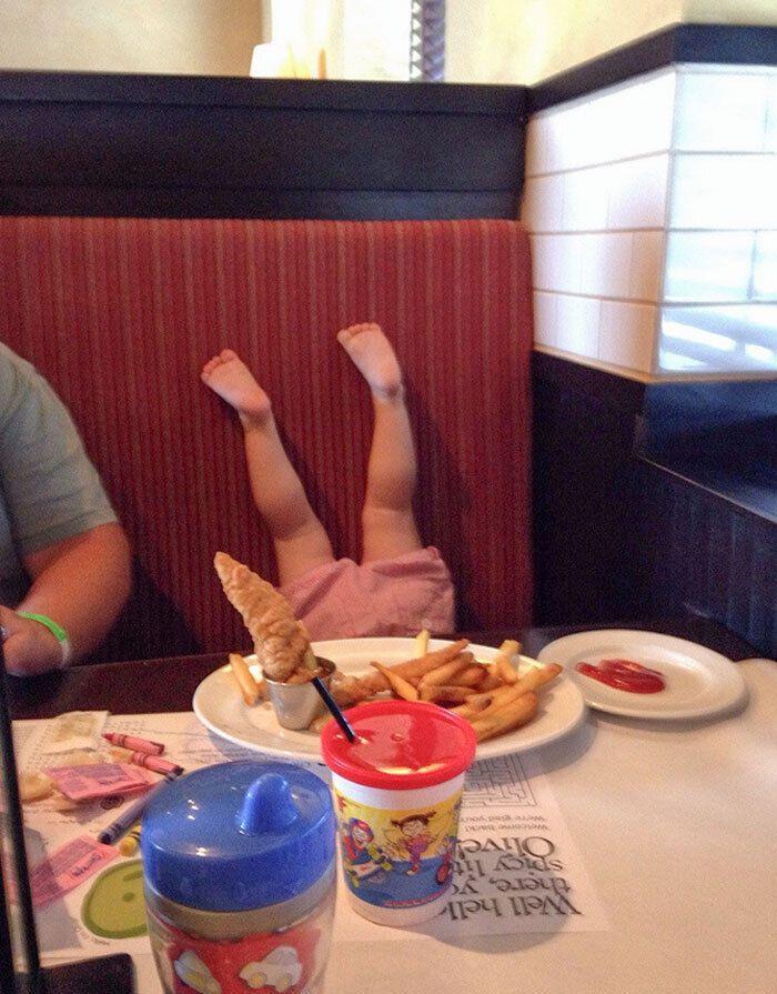 Дочь выбрала комфортную позу за столом.