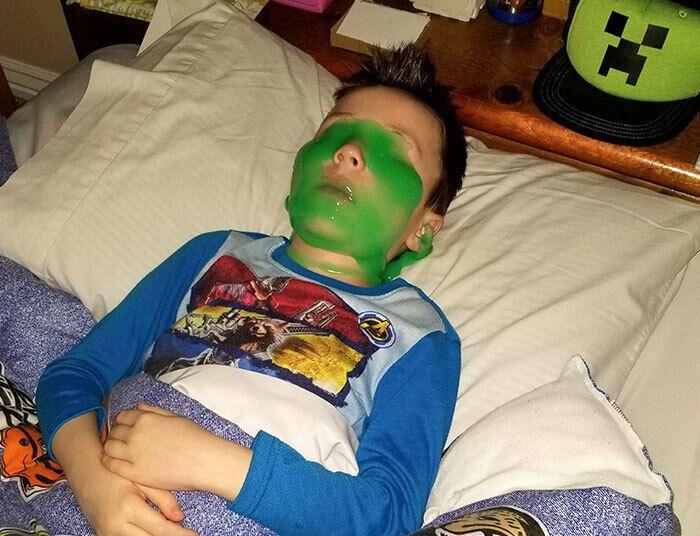 Мальчик уснул со слаймом на лице.