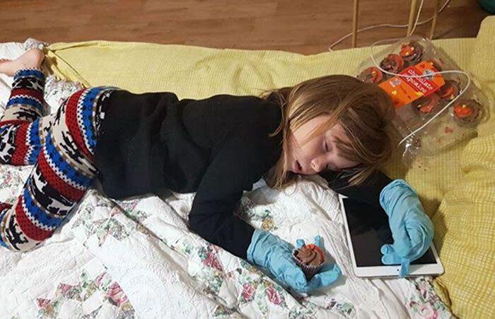 Девочка устала и уснула прямо во время еды.