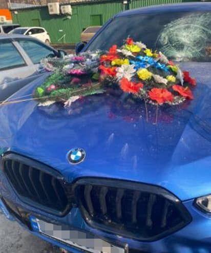 Потерпілому пошкодили машину.