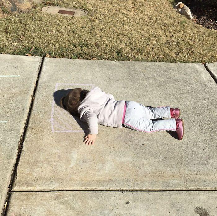 Дети любят лежать на полу.