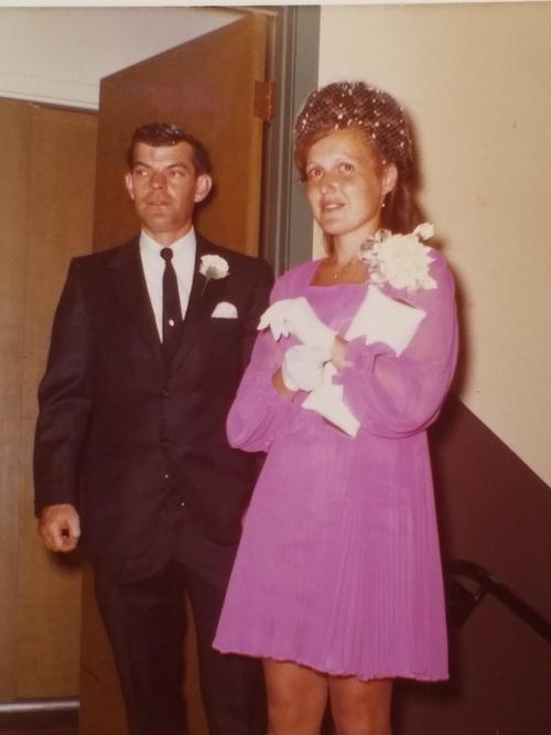Невеста выходила замуж в коротком розовом платье.