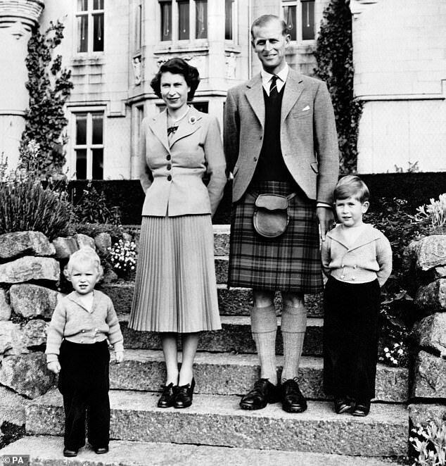 Королева і Філіп зображені з молодим принцом Чарльзом і принцесою Анною