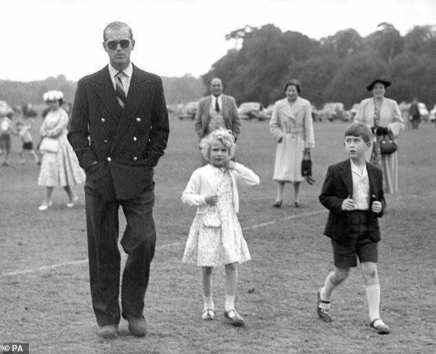 Принцеса Анна і принц Чарльз із батьком