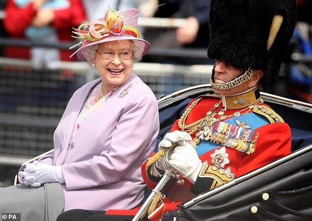 Усміхнена Єлизавета II сидить поруч з Філіпом