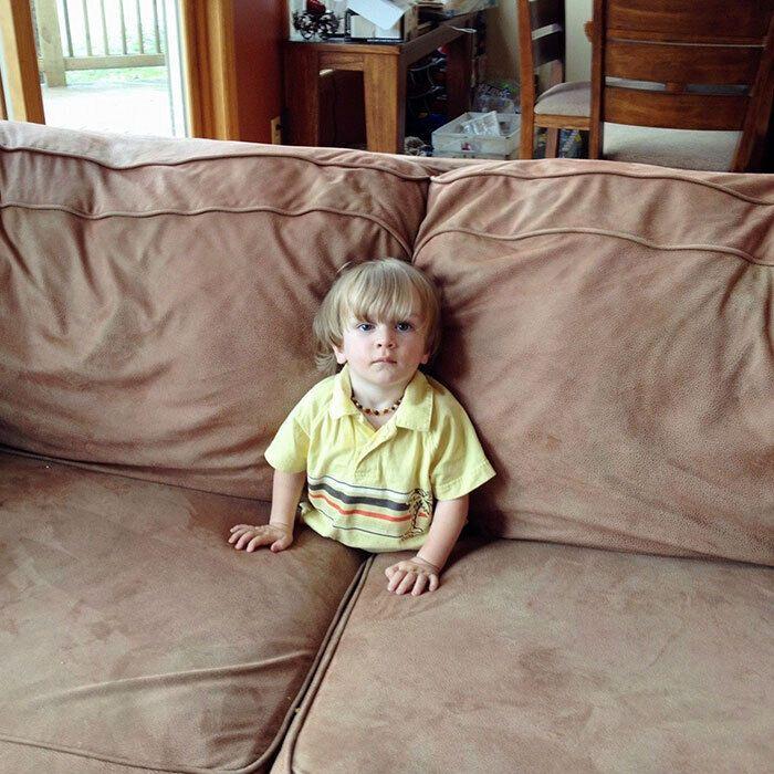 Мальчик залез в диван.