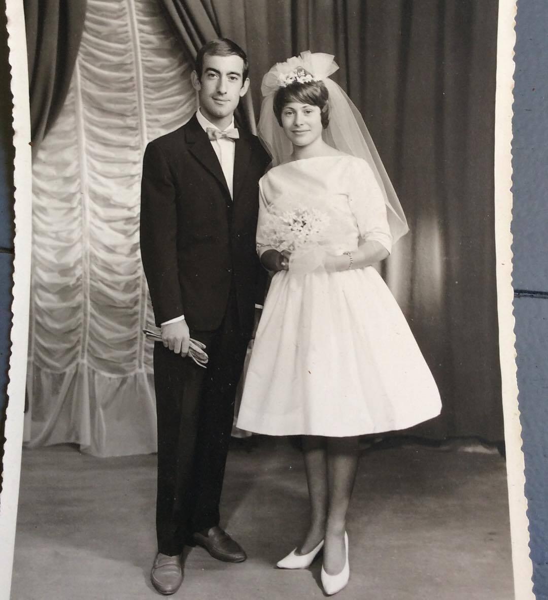 Хрупкая невеста в нежном платье позирует с любимым.