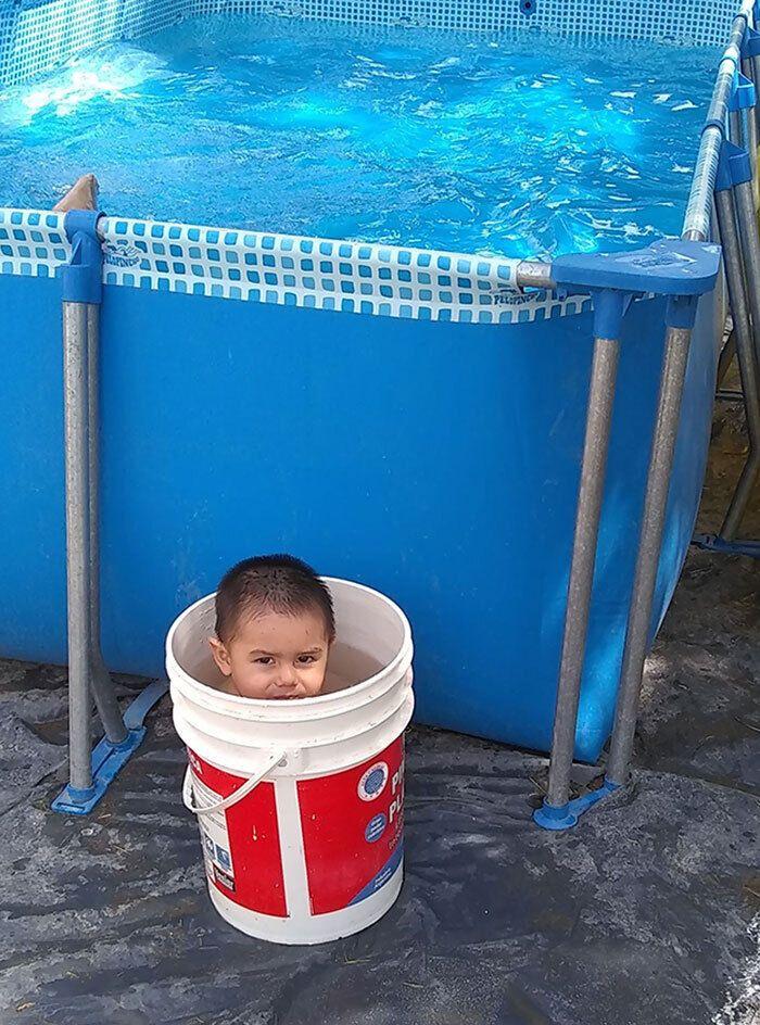 Мальчик выбрал ведро вместо бассейна.