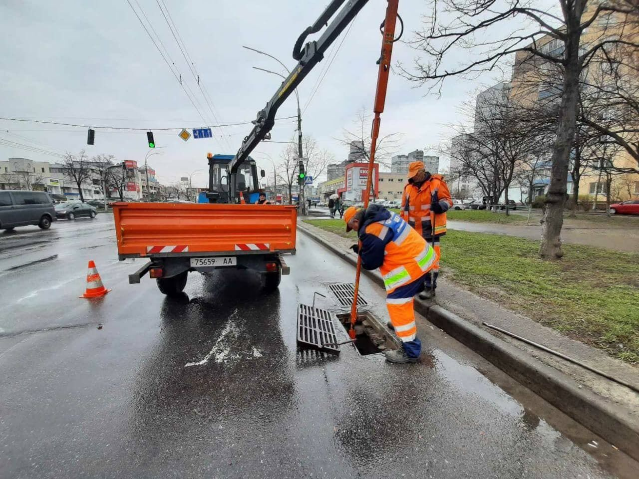 Коммунальщики ремонтируют и чистят коллекторы в Киеве.