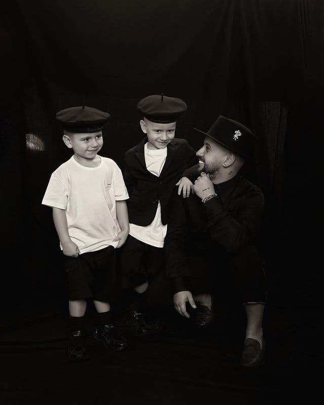 MONATIK появился в стильном образе вместе со своими сыновьями
