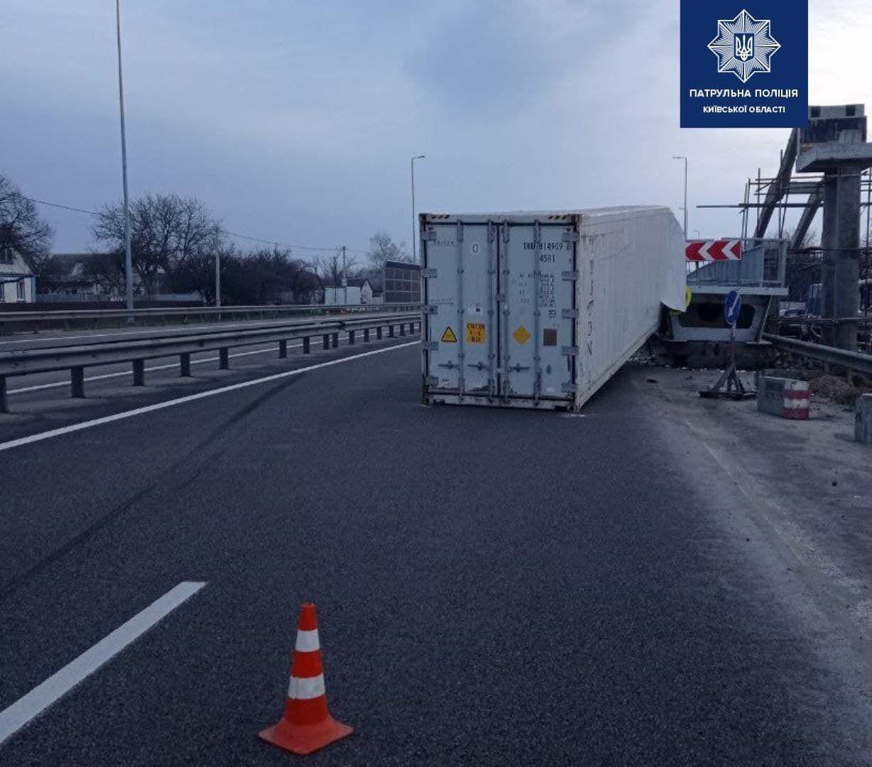 Предварительно, пострадал водитель грузовика.