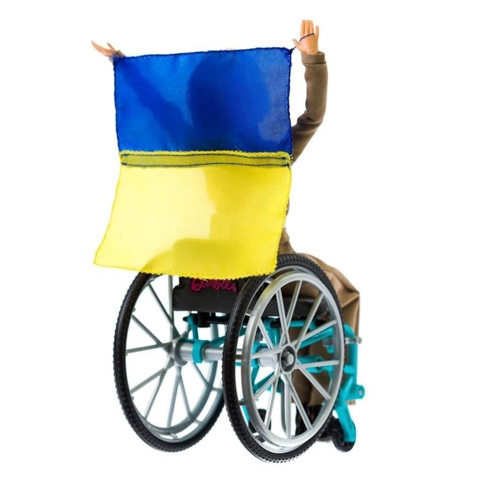 В руках она держит флаг Украины.