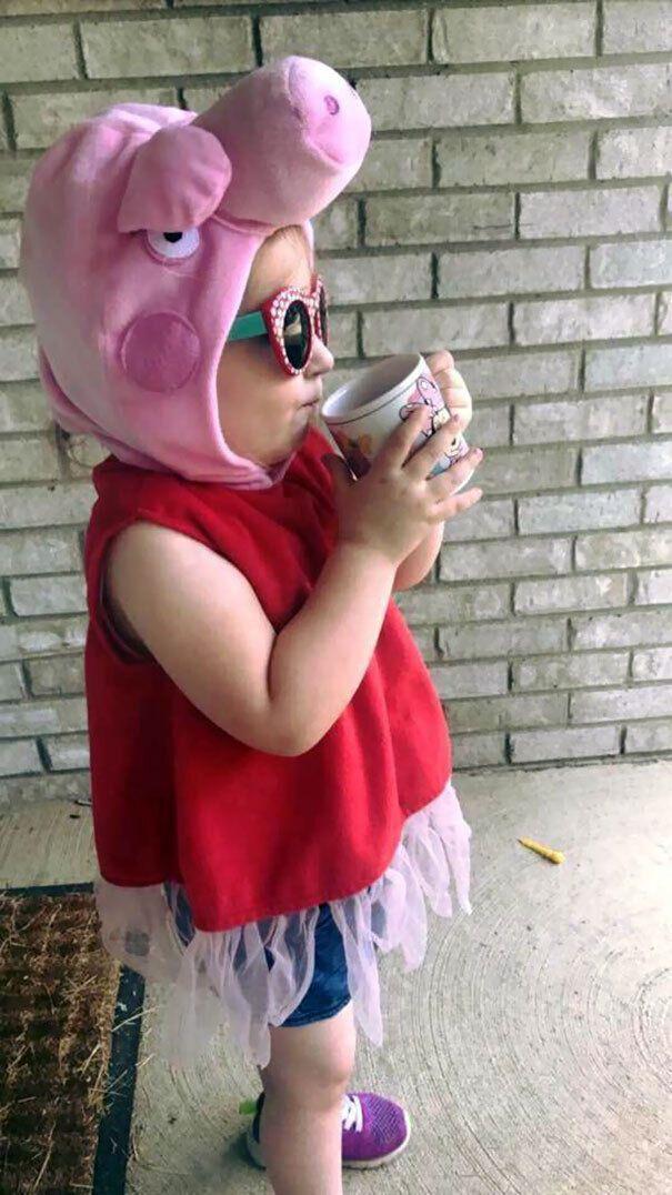 Дівчинка сама зібралася в дитячий садок.