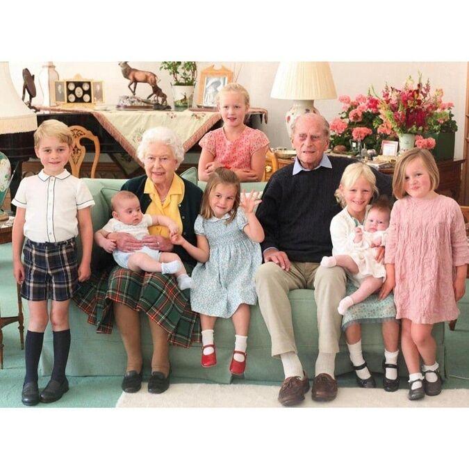 Принц Филипп, королева Елизавета II и их семь правнуков