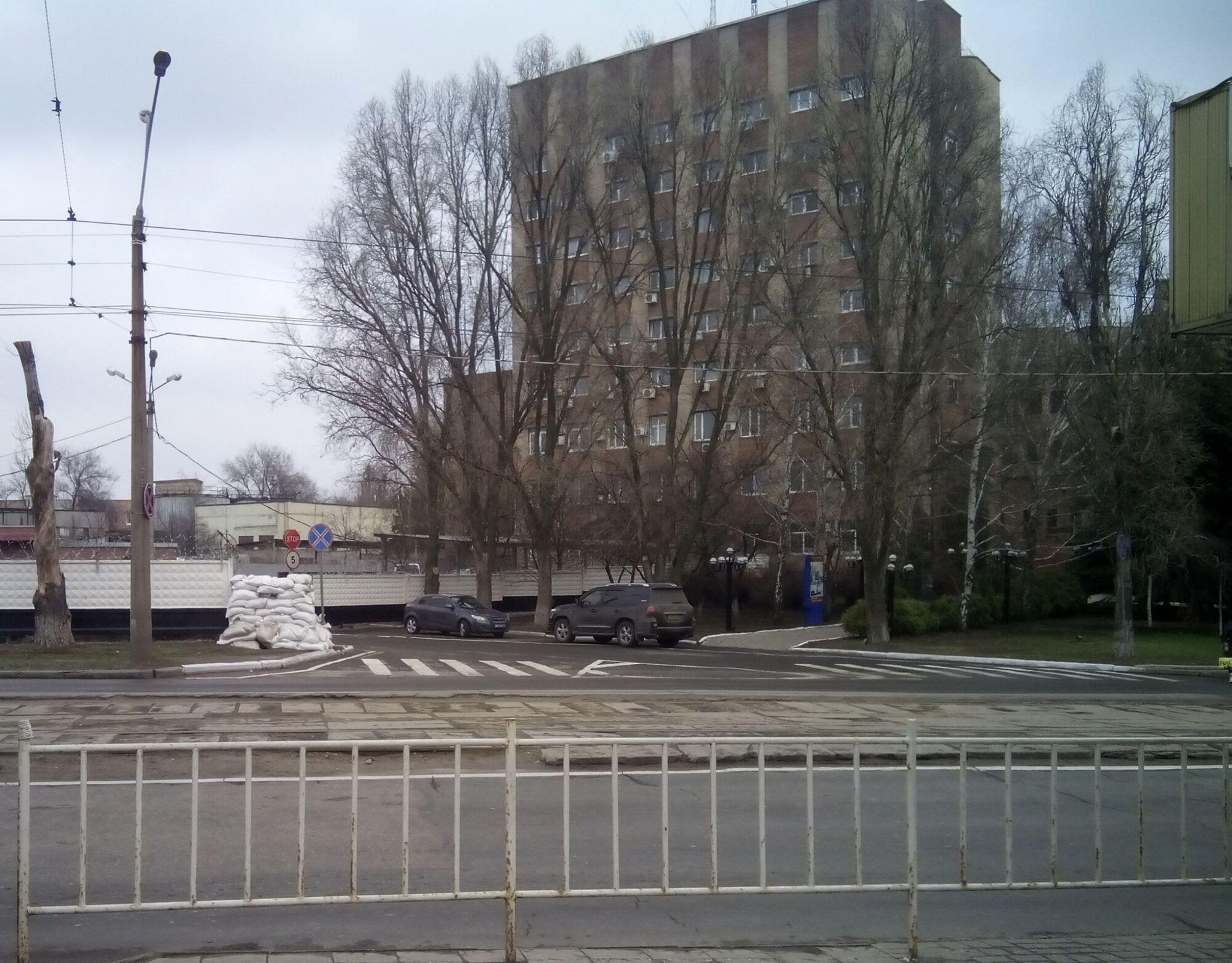 Також мішки з піском з'явилися і біля інших будівель у місті