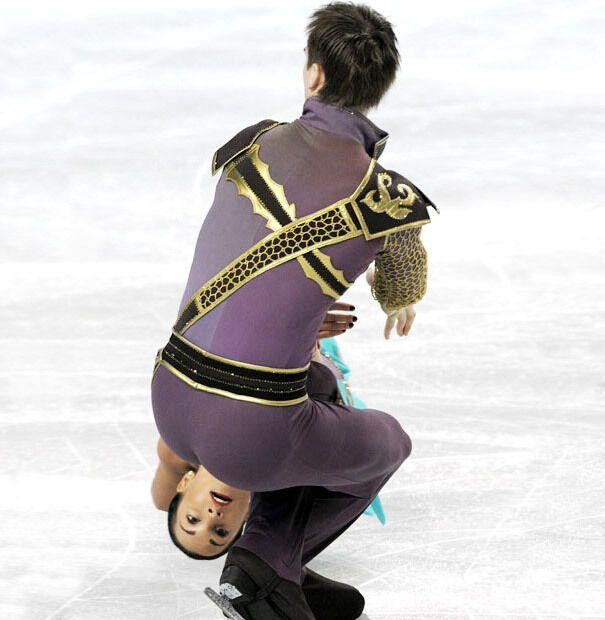 Фігуристи демонструють вправні трюки на льоду.