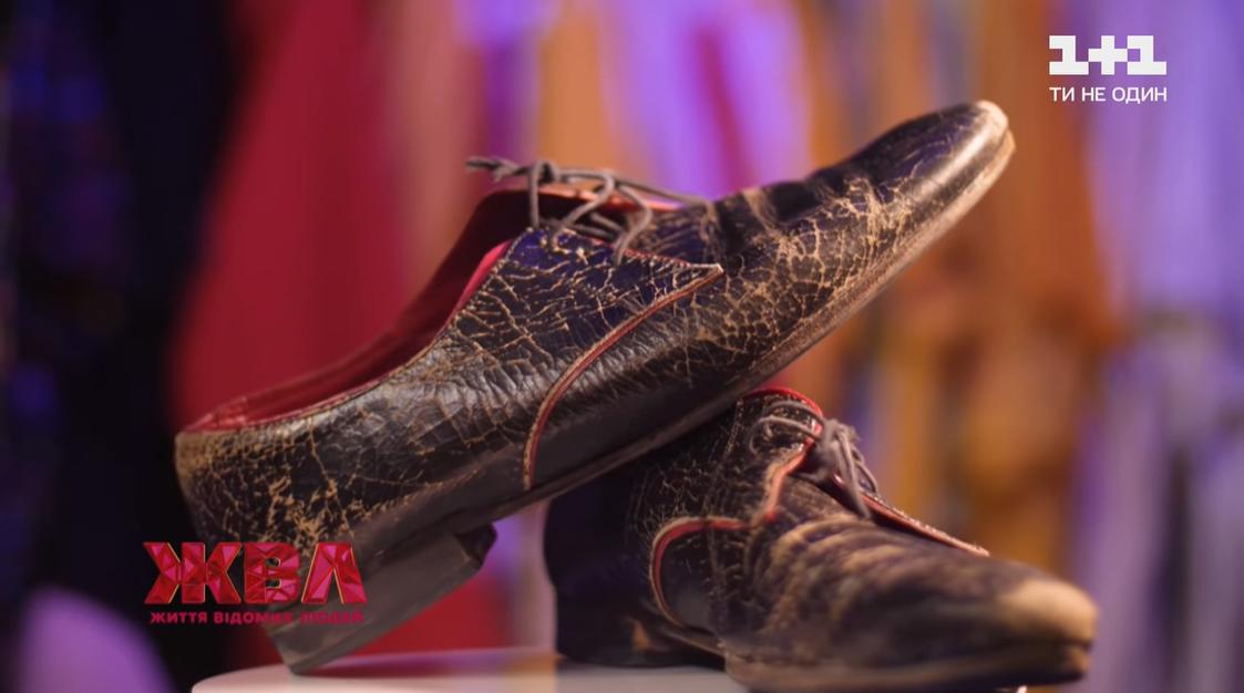 Также в гардеробной знаменитости есть туфли, которым на вид 30 лет