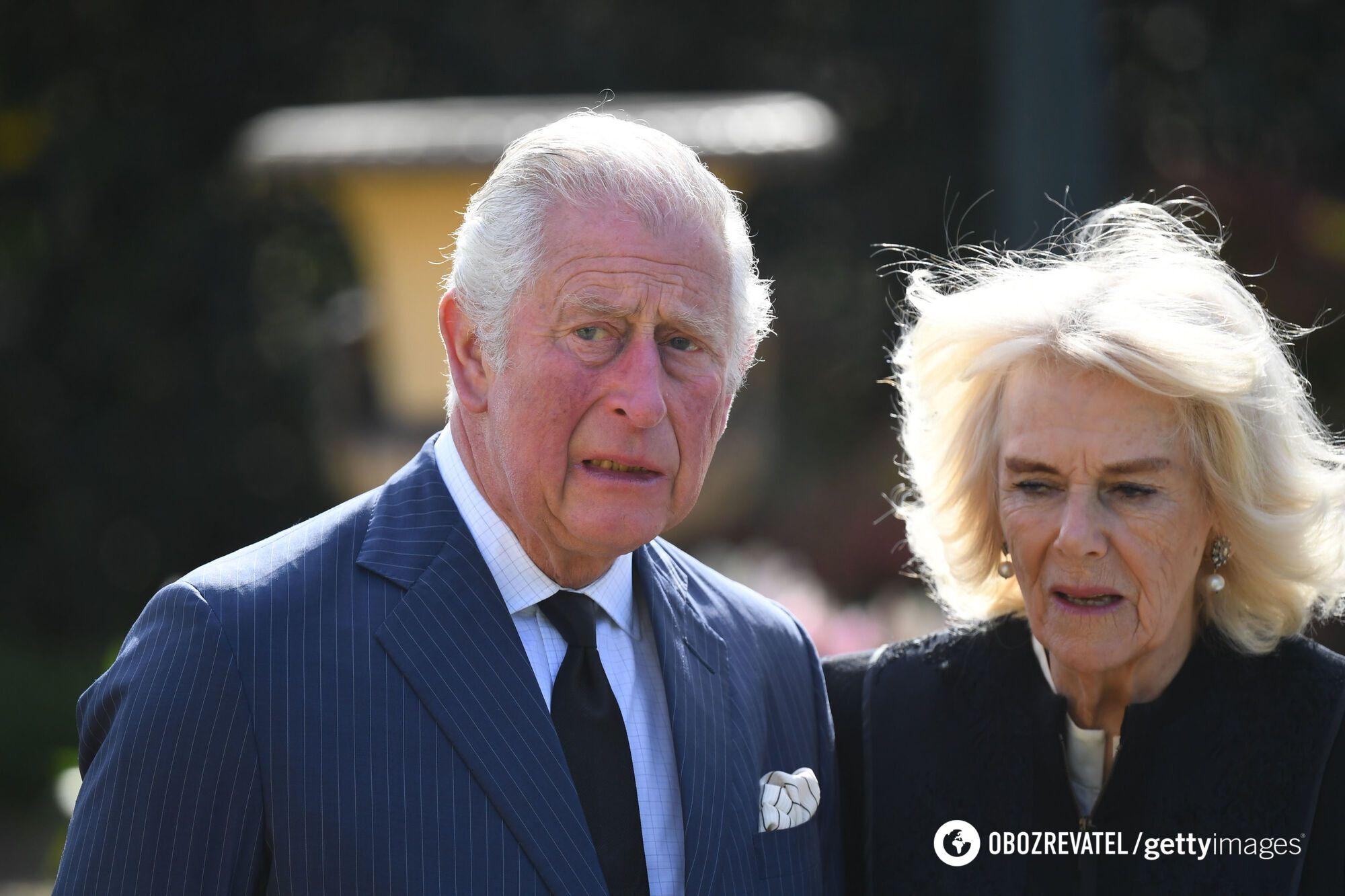 Принц Чарльз прослезился во время прогулки.
